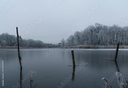 zugefrorener See im tiefen Winter