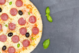 Pizza Pepperoni Peperoni Salami von oben Textfreiraum Copyspace Nahaufnahme Schieferplatte