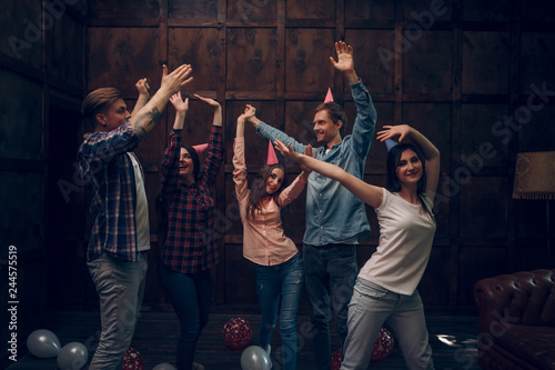Foto Murales Group of friends dance at birthday party
