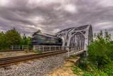 Lokomotywa przejeżdża przez most - 244969312