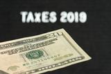 Ein Dollar Geldschein und die Steuern im Jahr 2019 in Amerika