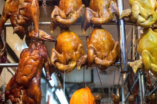 fototapeta na ścianę Hanging roasted ducks and chicken in Hong Kong 吊るされたローストダックとチキン 香港