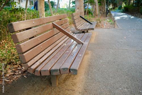 公園の木製ベンチ