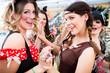 Leinwanddruck Bild - Junge Frauen feiern ausgelassen Fasching auf Umzug an Rosenmontag