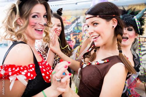 Leinwanddruck Bild Junge Frauen feiern ausgelassen Fasching auf Umzug an Rosenmontag