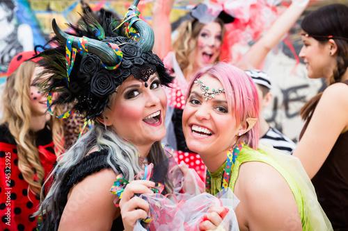 Leinwandbild Motiv Junge Frauen in Kostümen an Weiberfastnacht im Karneval