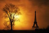 paesaggio nebbioso con la Torre Eiffel