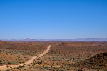 Straße durch die Savanne in Namibia