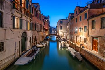 Romantischer Kanal am Abend, Venedig, Italien