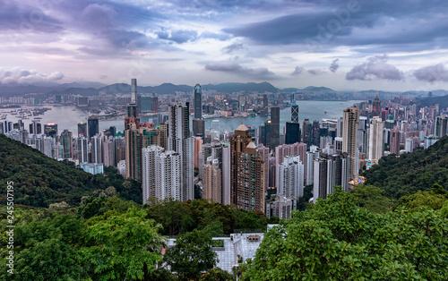 fototapeta na ścianę Blick über die Stadt Hongkong mit den zahlreichen Hochhäusern an einem bewölktem Nachmittag im Frühling