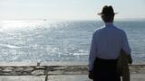Fototapeta Fototapety z morzem - Samotny mężczyzna nad brzegiem © ridan