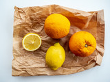 Orangen und Zitronen auf Papiertüte