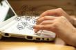 Eine Frau am Computer schreibt das Wort Ja in verschiedenen Sprachen