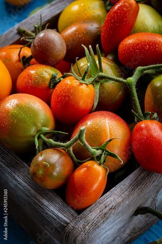 Foto Murales Fresh tomatoes set in box