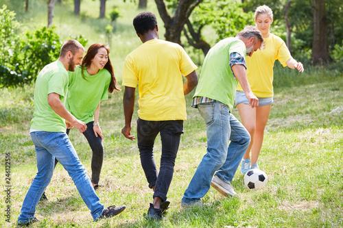 Gruppe spielt Fußball auf Teambuilding Workshop