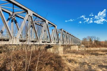 Il ponte ferroviario sopra il fiume