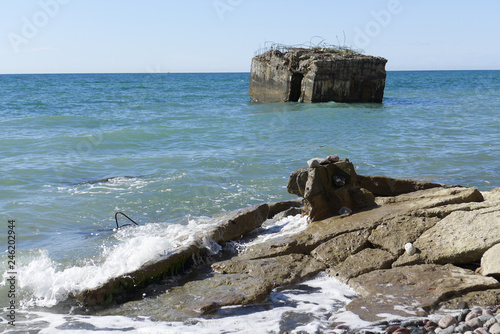 canvas print picture Ruine eines Bunkers liegt im Meer