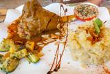 souris d'agneau, écrasé de pomme de terre, légumes poëlés et tomate farcie