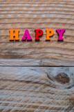 Lettres en bois de couleur, message Happy, arrière plan bois
