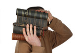 Mann trägt Bibeln
