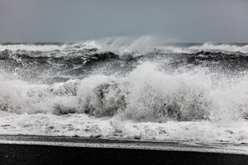Starke Wellen am Strand von Vik, Island