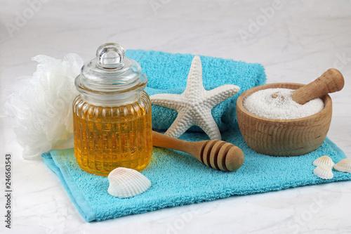 Leinwandbild Motiv Hautpflege mit Honig und Meersalz