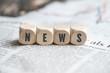 """Leinwanddruck Bild - Würfel mit dem Wort """"NEWS"""" auf einer Zeitung"""