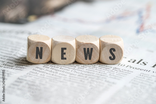"""Leinwanddruck Bild Würfel mit dem Wort """"NEWS"""" auf einer Zeitung"""