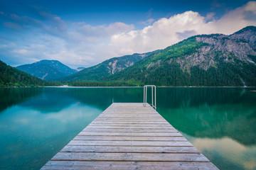 Abend am See in den Bergen mit Steg