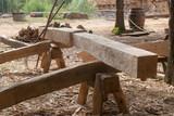Travail du charpentier - usinage d'une poutre - 246667161