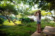 Leinwandbild Motiv ジャングルで双眼鏡を使う女の子