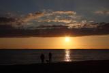 Fototapeta Fototapety z morzem - silhouettes d'une famille sur la plage au coucher du soleil © Patrick Bonnor