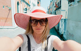 Turista a Venezia con gondole e porto sul mare