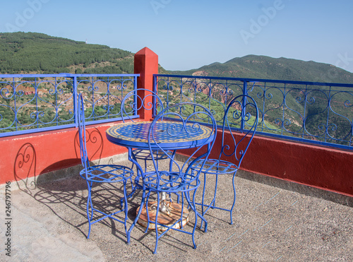 Tono Terraza : Mesa redonda con cuatro sillas en terraza con barandilla en tono