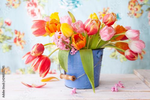 Leinwanddruck Bild Bunte Tulpen in kleinem Eimer