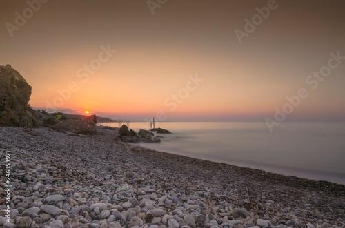 Bellissimo paesaggio marino con spiaggia di sassi al tramonto © giadophoto