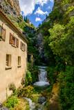 Vue sur la rivière et cascade de village de Moustier-Sainte-Marie. Provence, France.