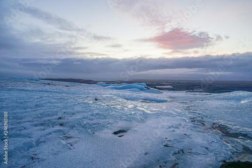 fototapeta na ścianę アイスランドの雪山と夕暮れ(ヴァトナヨークトル氷河)