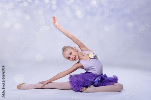 Leinwanddruck Bild junge Ballerina tanz im Ballettstudio