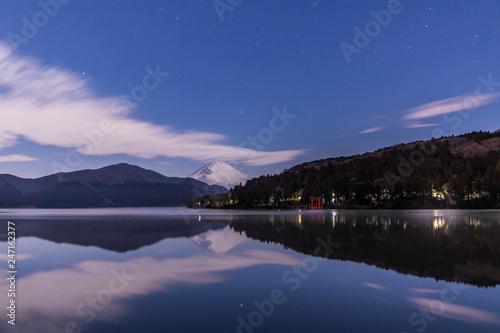 箱根芦ノ湖に映る月光に照らされた富士山と星空