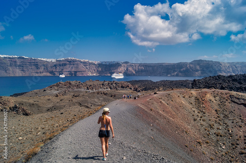 Wandern über die Vulkaninsel mit Blick auf Santorin und einem Kreuzfahrtschiff im Meer