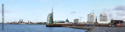 Leinwandbild Motiv Bremerhaven, Panorama an der historischen Mole von der Skyline und den Häfen