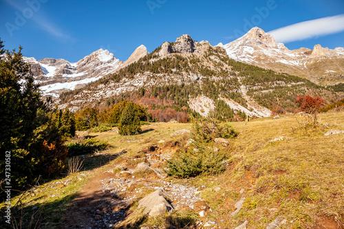 Circo de Pineta nevado desde los LLanos de Lalarri en Pirineos. Huesca. España. Europa.