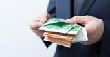 Geldscheine in hand