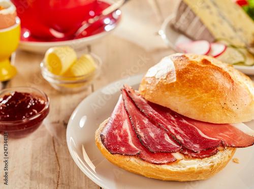 Leinwandbild Motiv Crispy bacon in fresh white bread bun