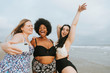 Leinwanddruck Bild - Beautiful curvy women taking a selfie at the beach