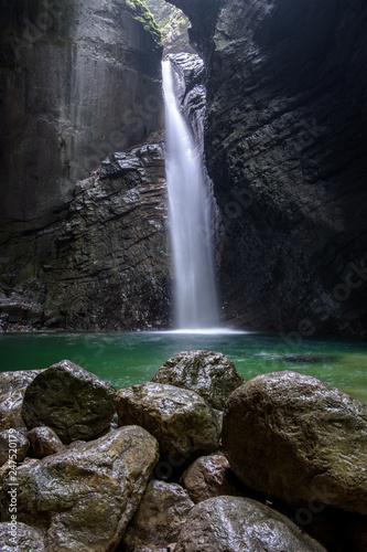 Koziak Wasserfall mit grünem See in Slowenien in Kobarid
