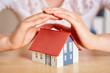 Hände schützen Haus als Versicherung Konzept - 247528521