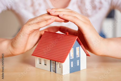 Hände schützen Haus als Versicherung Konzept © Robert Kneschke