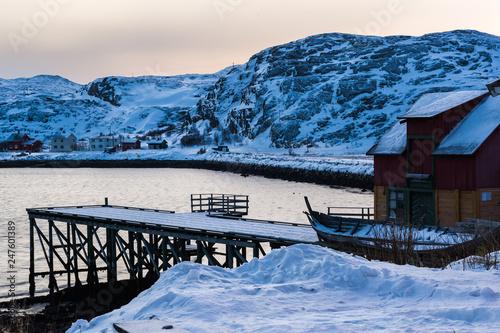 Vista su edificio con pontile nell'inverno artico © GDFineArtStudio